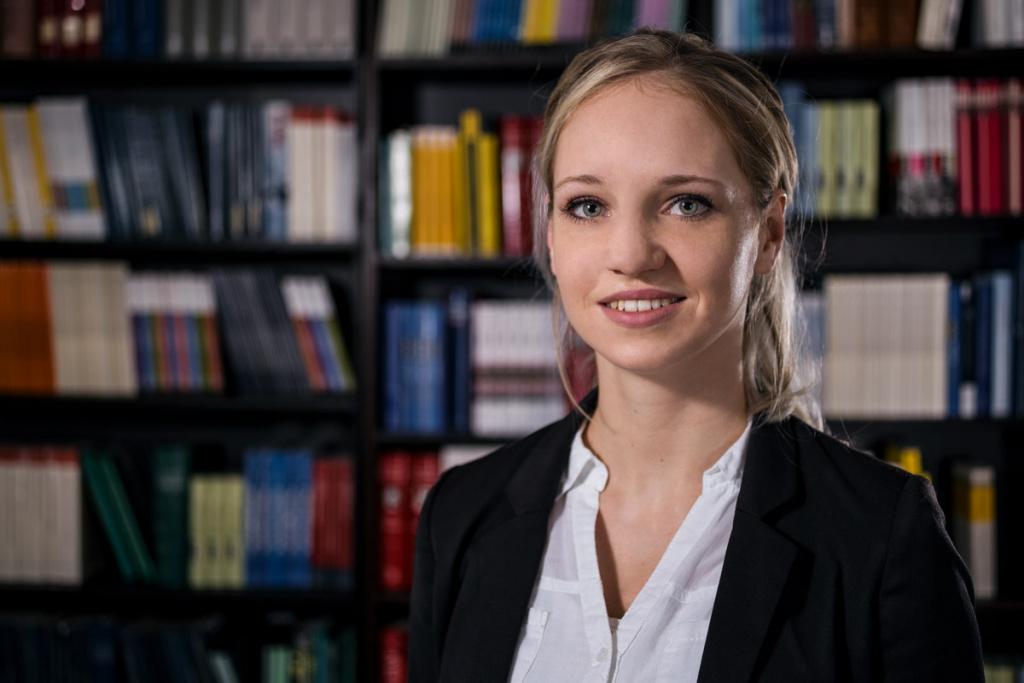 Business, Porträt einer Mitarbeiterin für eine Unternehmenshomepage